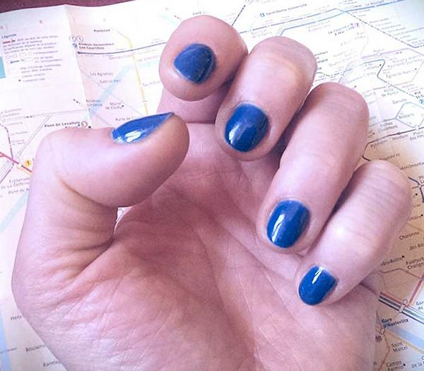 Ongles bleus sur plan de Paris